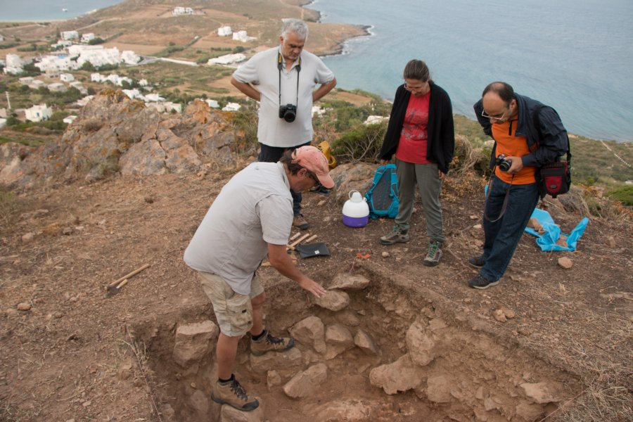 Dr. Athanassoulis (top), head of the Cycladic Ephoreia views Trench 3