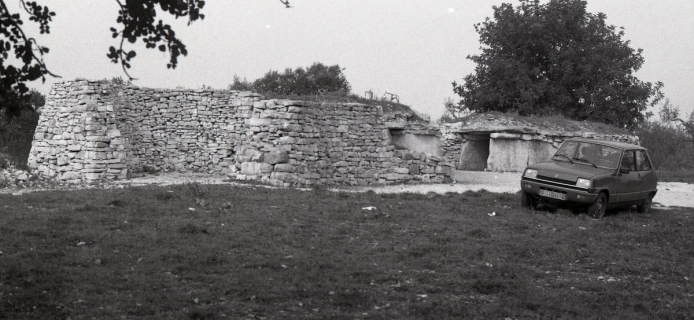 82-02-018 Bisceglie, between Barletta and Bari, general and detail interior views of dolmen of Chianca, a prehistoric gallery-tomb most easily reached from the autostrada