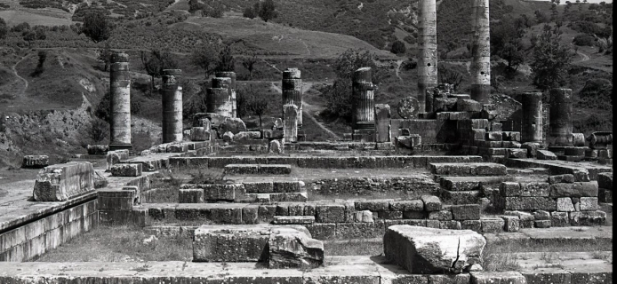 82-8A-054 Sardis, temple of Artemis, original pronaos and cella from W with alter W doorwall in foreground