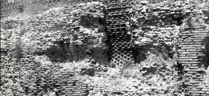 88-21-020 Rome, Venus and Roma platform area, inner face of bricks of far-side facing, remains of concrete, and a few scraps of the outer face of the brick facing on the near side